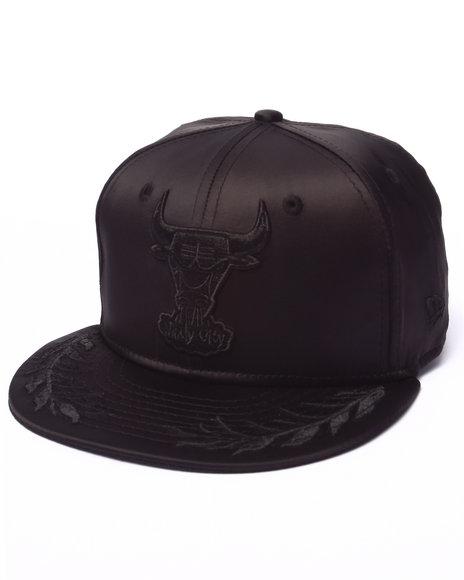New Era - Men Black Chicago Bulls Luster Snapback Hat