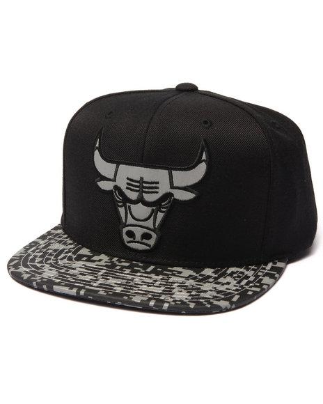 Ur-ID 223055 Mitchell & Ness - Men Black Chicago Bulls Digi Camo Reflective Visor Snapback